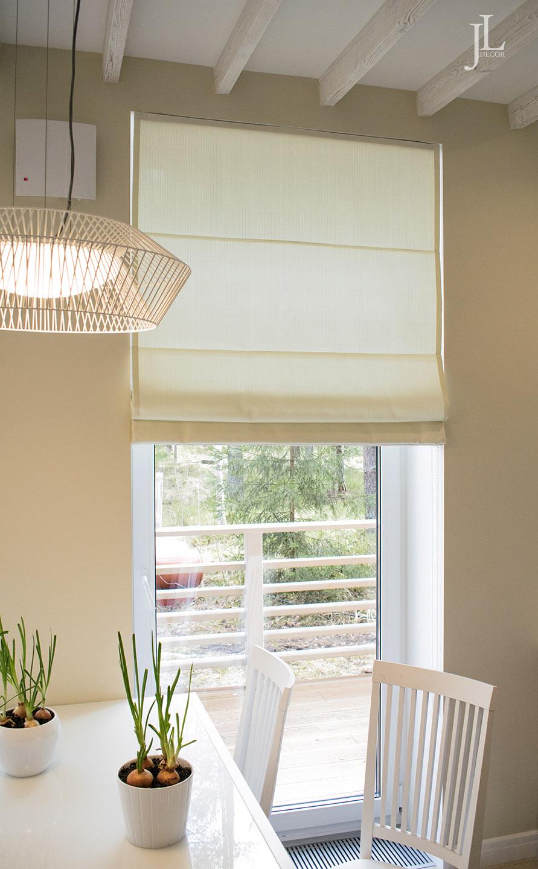 Шторы на окнах в кухне