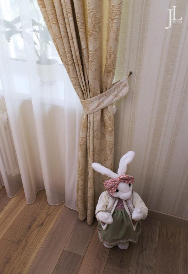 Жаккардовые шторы в спальне.