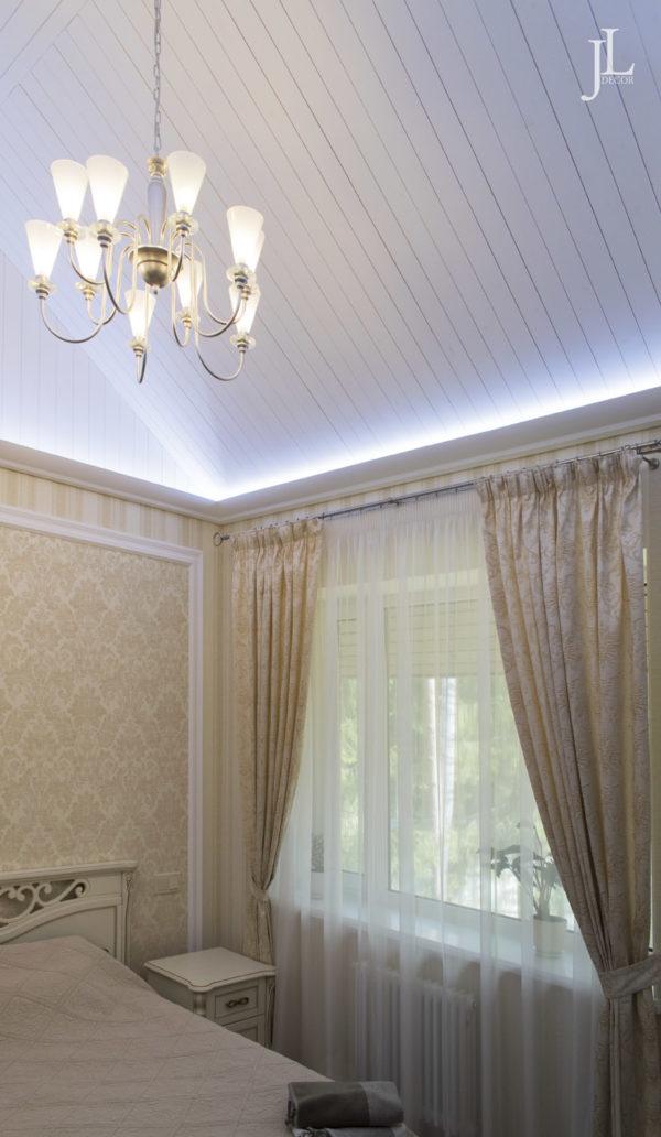 Классические жаккардовые шторы в спальне.