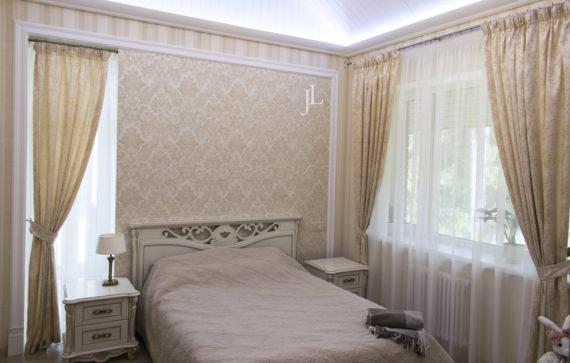 Жаккардовые шторы и тюль в спальне.