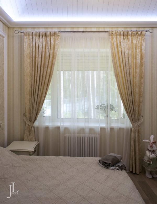 Жаккардовые шторы, тюль, покрывало в спальне