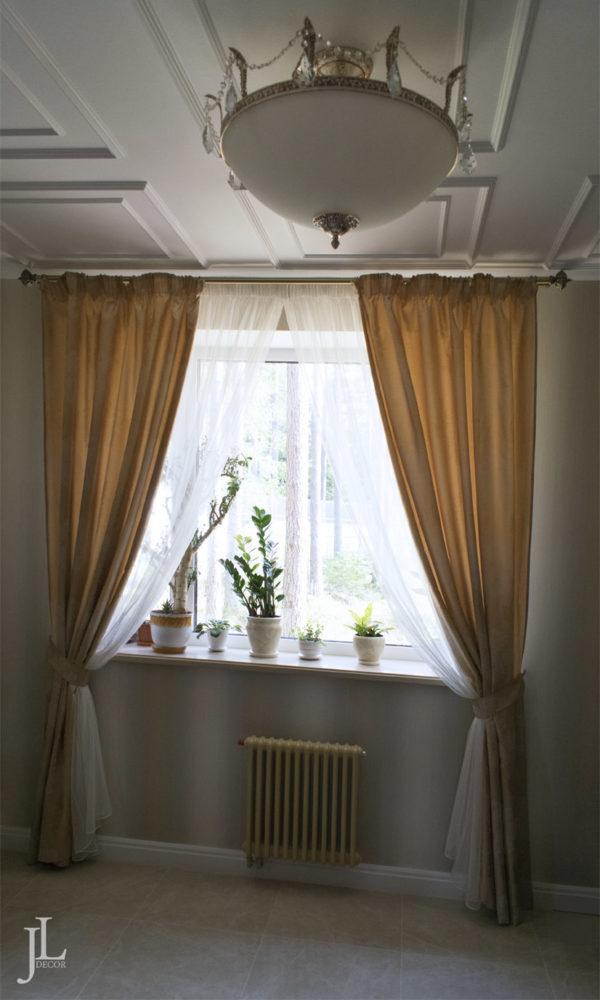 Длинные шторы в кабинете
