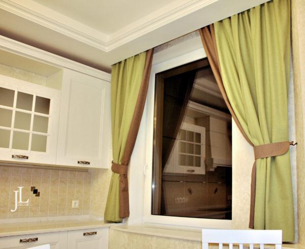 Зелёные шторы на кухне