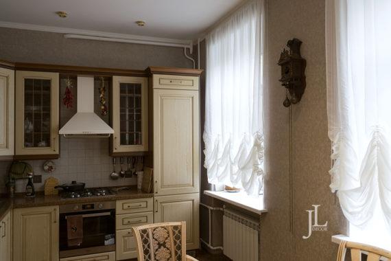 Австрийские шторы для классической кухни.