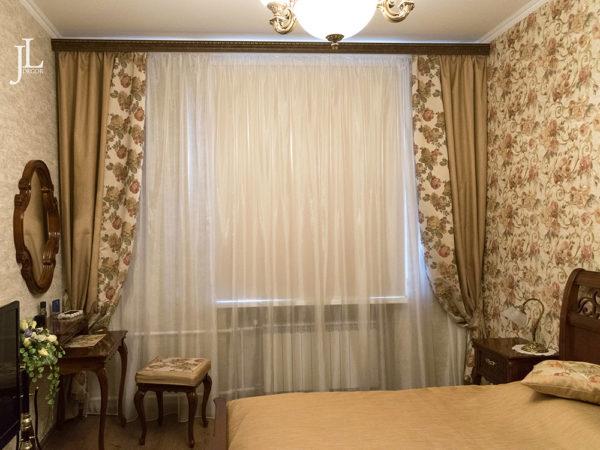 Уютные шторы для классической спальни.