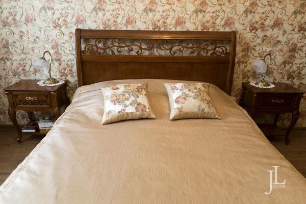 Покрывало и подушки для классической спальни.