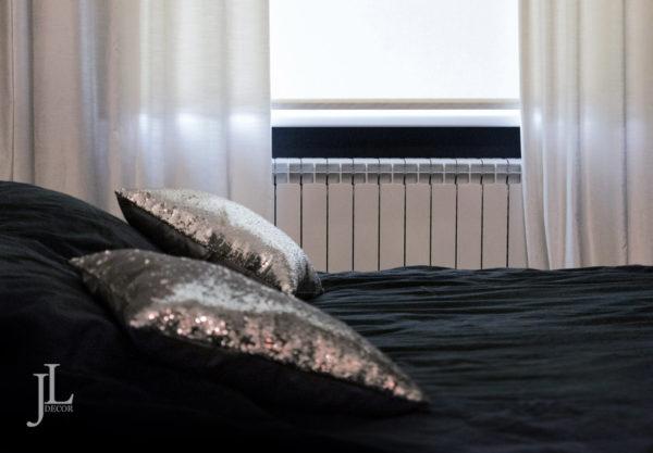 Белые шторы в спальне.
