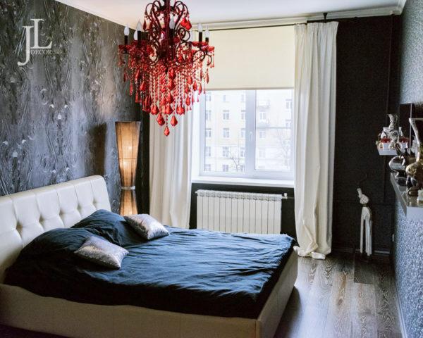 Белые бархатные шторы в спальне.