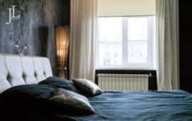 Белые шторы из бархата в спальне.