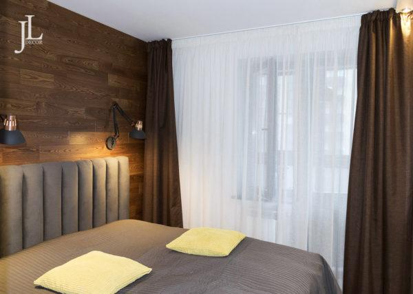 Оформление шторами окон в спальне.