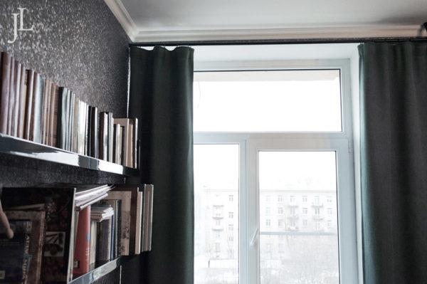 Плотные шторы на окно.