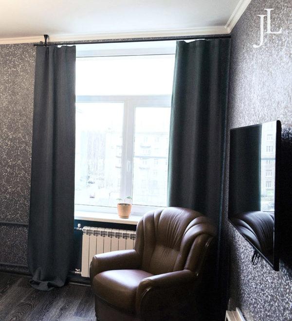 Плотные шторы в гостиной.