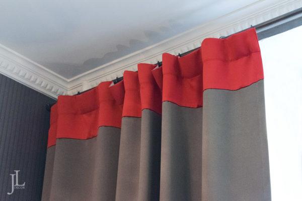 Плотные шторы на кухне.