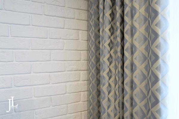 Прямые шторы в гостиной.