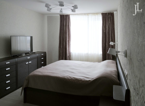 Прямые шторы в спальне.