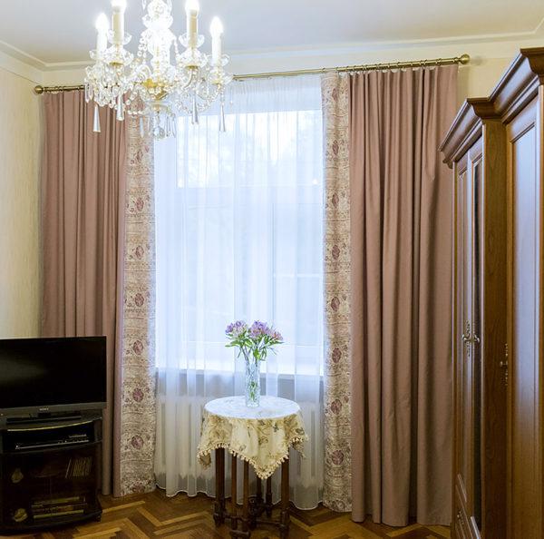Лиловые шторы в квартире.