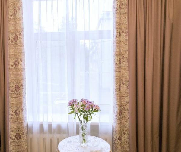 Лиловые шторы и тюль.