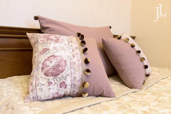 Лиловые подушки.