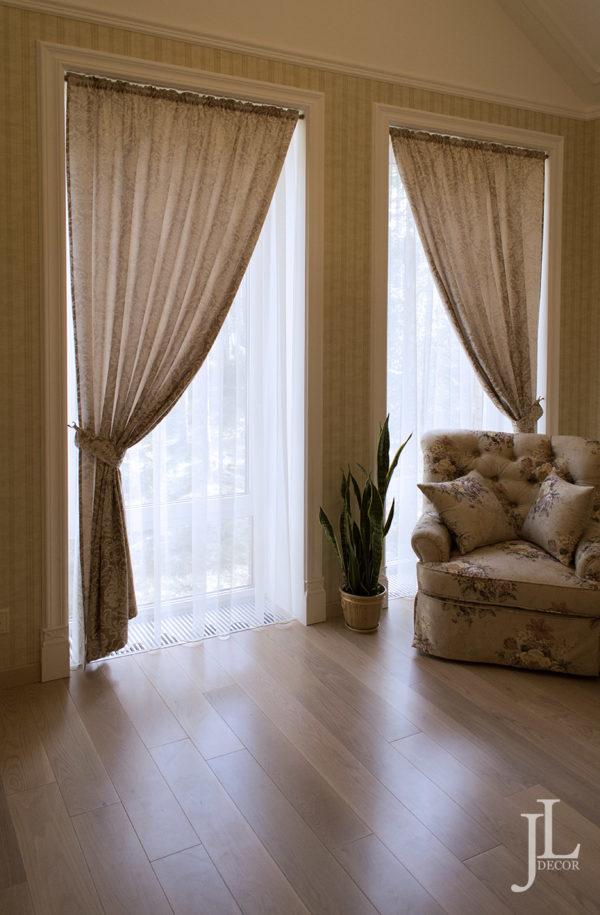 Бежевые шторы в классическом стиле.
