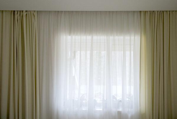 Светлые длинные шторы.