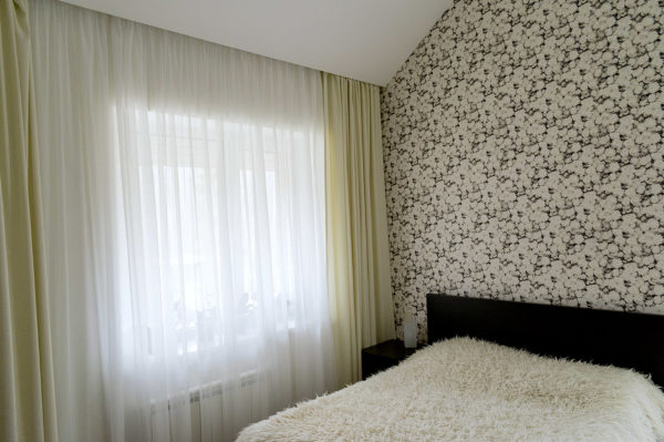 Длинные шторы в спальне.