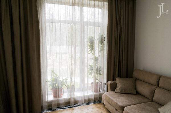 Длинные шторы в гостиной.