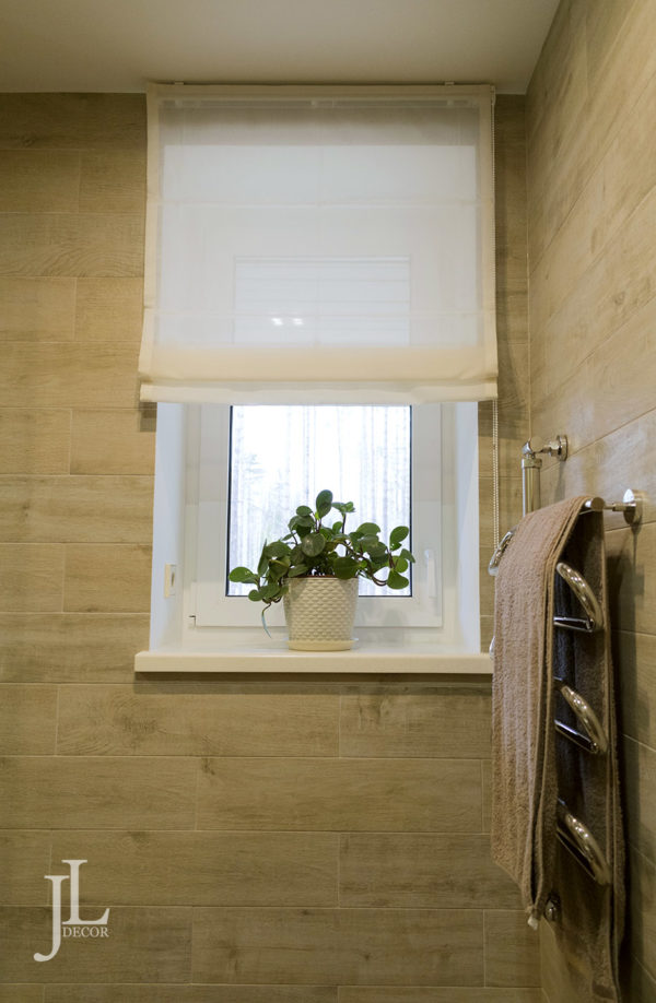 Римские шторы из тюля в ванной.