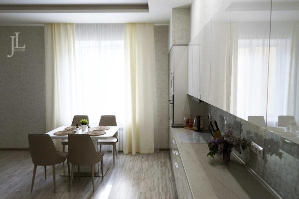 Шторы в стиле минимализм на кухне.