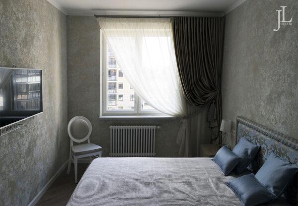 Классические шторы в спальне.