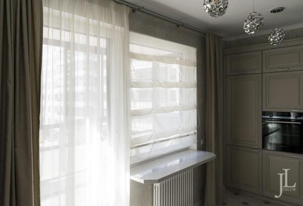 Классические шторы на кухне.