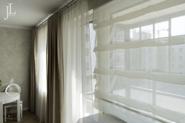 Классические шторы на кухне. Фото.