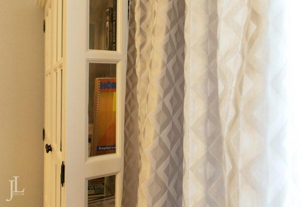 Красивые шторы в интерьере кабинета.