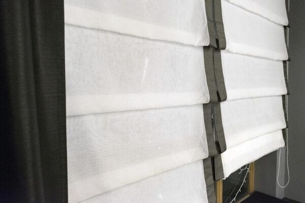 Чёрные портьеры и белые римские шторы в современном интерьере • jl-decor.com